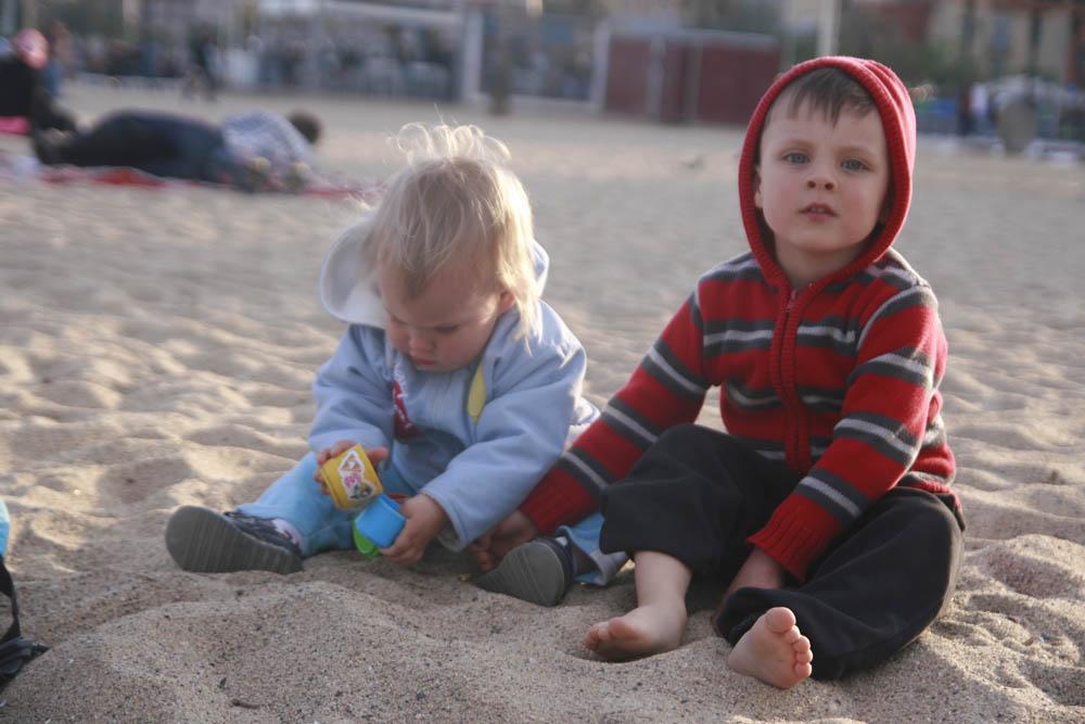 дети на пляже весной