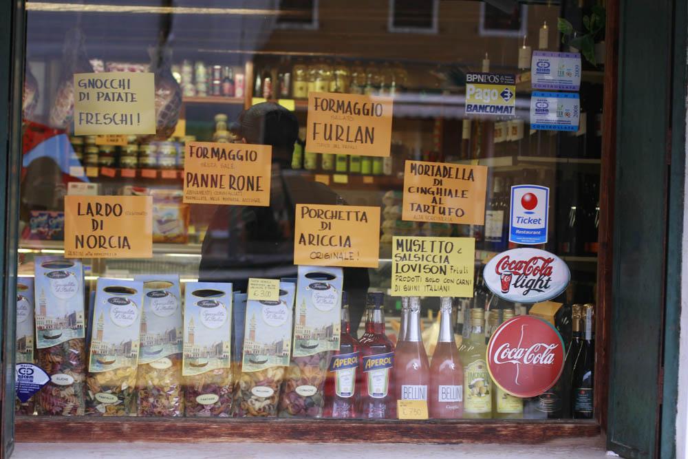 прилавок магазина италия