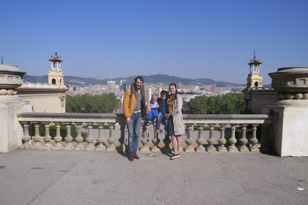 в Барселону всей семьёй