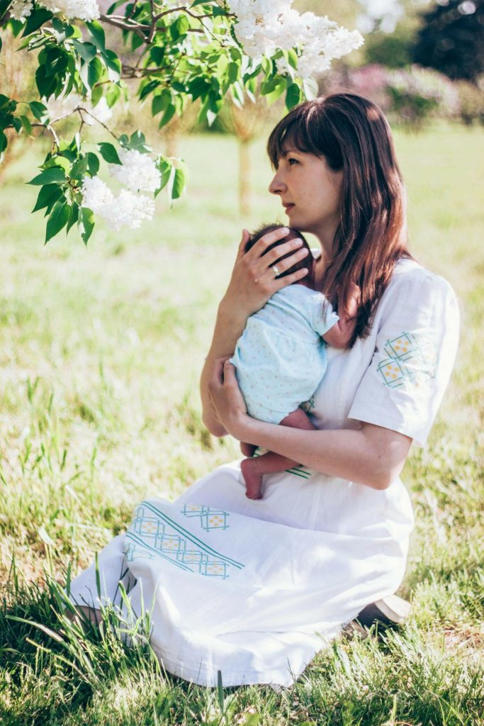 мама с новорожденным младенцем