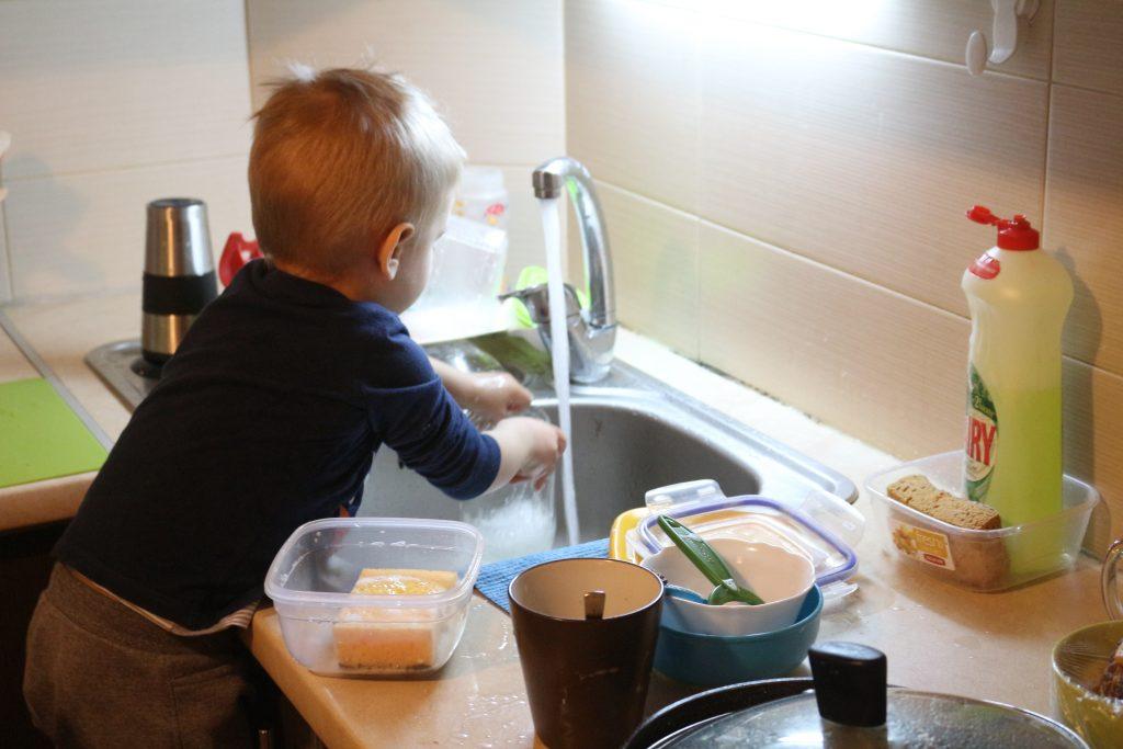 мальчик играет на кухне