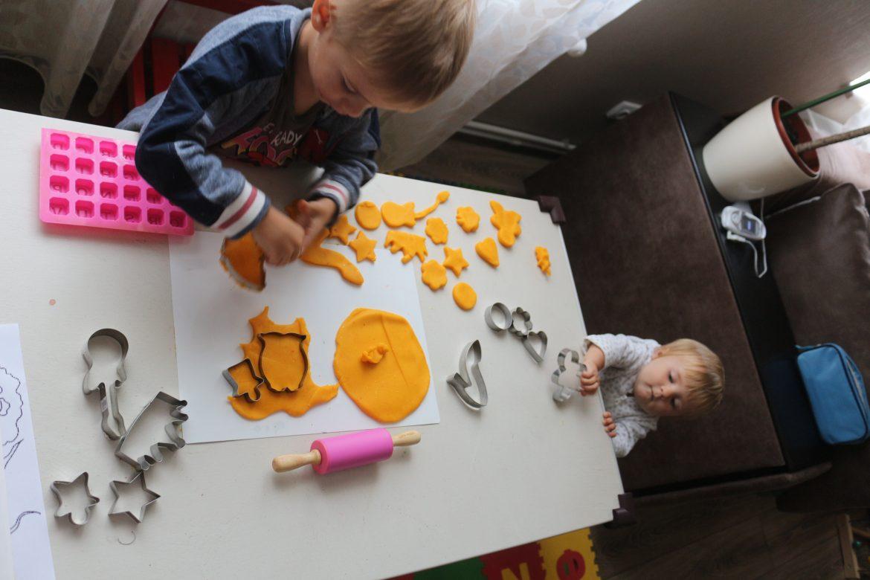 дети играют дома
