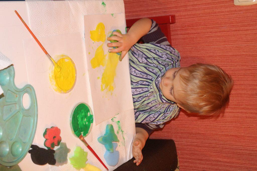 ребенок рисует ладошками