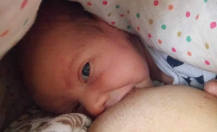 новорожденная у груди