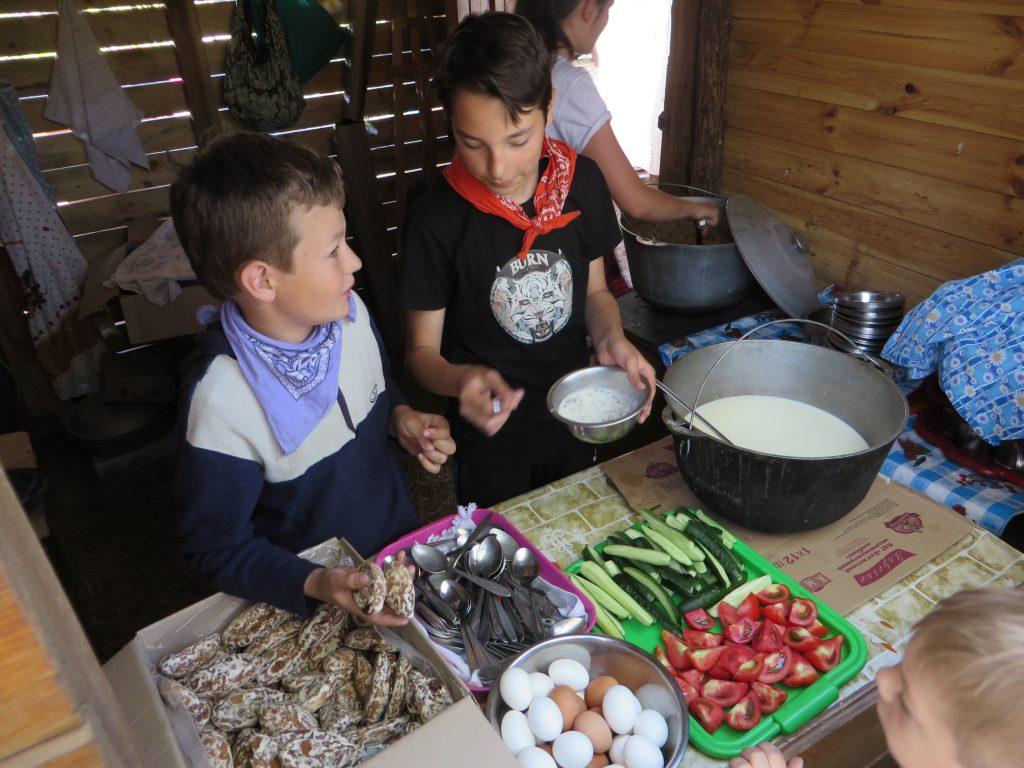 раздача еды в лагере
