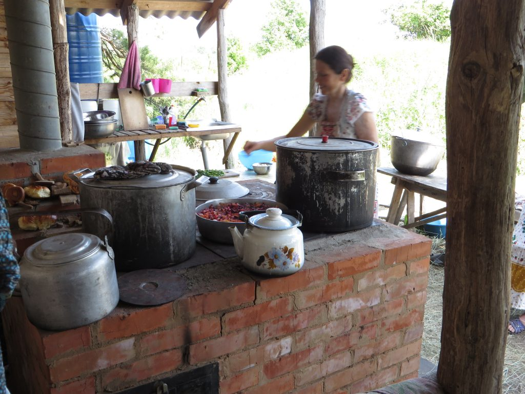 женщина готовит еду на печи